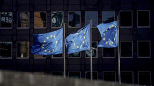 Les drapeaux européens flottent en plein vent devant le bâtiment de la Commission Européenne à Bruxelles le 19 février 2020.