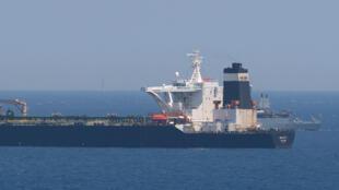 Un navire de la Royal Navy britannique (à l'arrière) patrouille le supertanker Grace 1, soupçonné de transporter du pétrole brut en Syrie, au large de Gibraltar, le 4 juillet 2019.