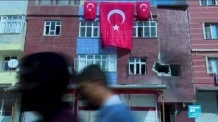 Un bâtiment touché par une roquette à Akçakale, du côté turc de la frontière avec la Syrie, le 13octobre2019.