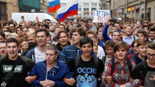Los manifestantes asisten a un mitin contra los aumentos a la edad de las pensiones a nivel nacional en San Petersburgo, Rusia, el 9 de septiembre de 2018.