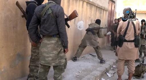 """لقطة من فيديو دعائي لتنظيم """"الدولة الإسلامية"""" في بلدة عين العرب السورية"""