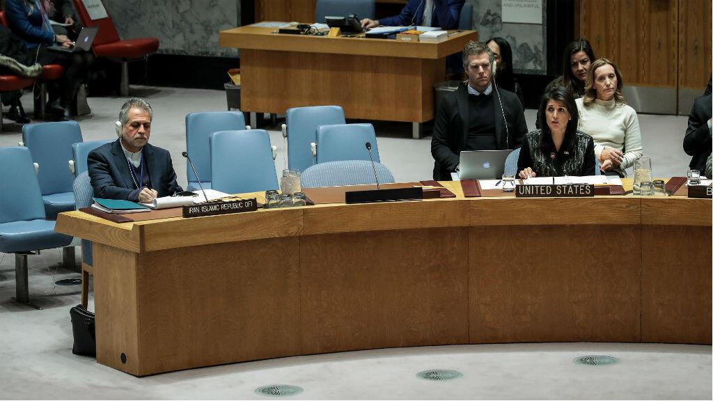عضو الوفد الإيراني جواد صفائي والسفيرة الأمريكية نيكي هالي لدى الأمم المتحدة في مجلس الأمن في 5 كانون الثاني/يناير 2018