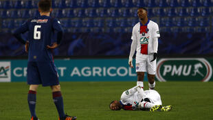 مهاجم باريس سان جرمان البرازيلي نيمار (على الارض) لدى اصابته خلال مباراة فريقه ضد كاين في مسابقة كأس فرنسا. 10 شباط/فبراير 2021
