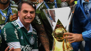 Jair Bolsonaro, qui sera investi à la présidence le 1er janvier 2019, s'affiche aux couleurs de Palmeiras, son équipe de cœur.