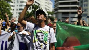 Partidarios del candidato presidencial Jair Bolsonaro rezan durante una manifestación después de que lo apuñalaron, en Río de Janeiro, Brasil, el 9 de septiembre de 2018.