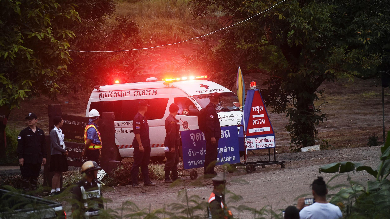 Ambulancia parte de la cueva donde doce menores y un adulto permanecieron atrapados por más de dos semanas. 8 de julio de 2018.