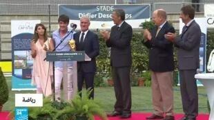 ديدييه ديشان برفقة ألبير الثاني، أمير موناكو (شرق فرنسا) لدى افتتاح ملعب يحمل اسمه.