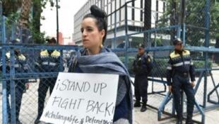 متظاهرة شابة تحمل لافتة احتجاجية ضد قرار الرئيس الأمريكي إلغاء برنامجا يشرع إقامة 800 ألف مهاجر شاب ويسمح لهم بالدراسة والعمل في الولايات المتحدة، أمام السفارة الأمريكية في مكسيكو سيتي في 5 أيلول/سبتمبر 2017