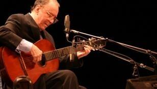 El cantautor brasileño, leyenda del Bossa Nova, en una de sus últimas interpretaciones públicas