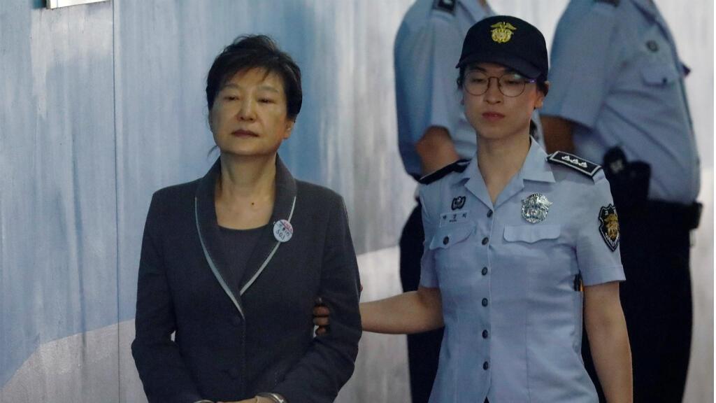 La depuesta presidenta de Corea del Sur, Park Geun-hye, arriba a una corte en Seúl en 2017.
