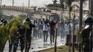 Des supporters de Jean Ping manifestaient, le 30 août à Libreville, faisant face aux forces de l'ordre.