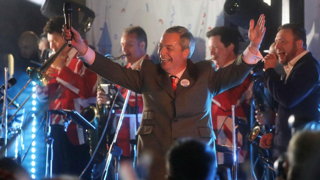 El líder del Partido Brexit, Nigel Farage, celebra en la Plaza del Parlamento en Londres, Gran Bretaña, el 31 de enero de 2020.