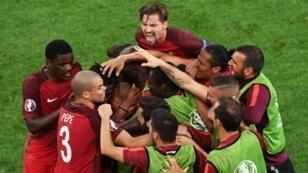 فرحة اللاعبين البرتغاليين بعد التأهل لنصف النهائي.