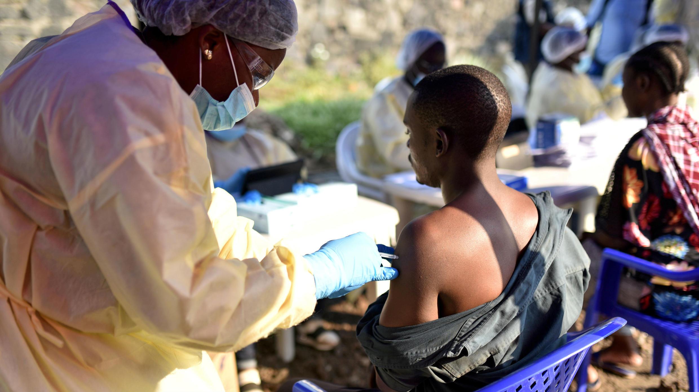 Un hombre es vacunado contra el ébola en el Centro de Salud Himbi en Goma, República Democrática del Congo, el 17 de julio de 2019.