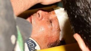Imran Khan pris en charge par une équipe médicale après sa chute, mardi