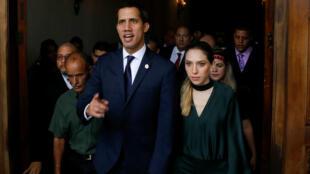 El líder opositor venezolano Juan Guaido, a quien muchas naciones han reconocido como el gobernante interino del país, y su esposa Fabiana Rosales se van después de una sesión especial de la Asamblea Nacional de Venezuela para celebrar el 208 aniversario de la independencia en Caracas, Venezuela 5 de julio de 2019.