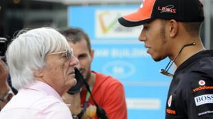 Lewis Hamilton en plein échange avec l'ex-argentier de la F1 Bernie Ecclestone, le 3 février 2020 à Greater Noida, en Inde