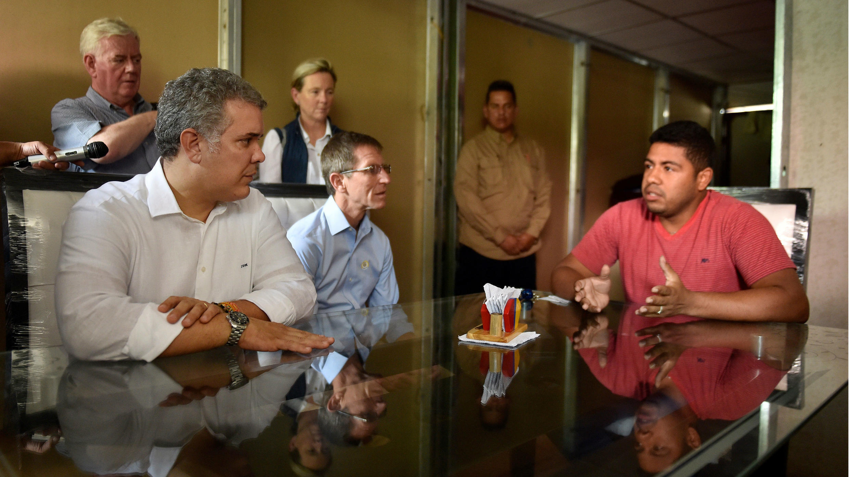 Fotografía de la Presidencia de Colombia, del mandatario Iván Duque (i, frente), acompañado por el enviado especial de la Unión Europea (UE) al proceso de paz, Eamon Gilmore (i. atrás), y la embajadora de la UE en Colombia, Patricia Llombart (3i. atrás), durante una visita al Espacio Territorial de Capacitación y Reincorporación (ETCR) en Pondores, municipio de Fonseca, en el departamento de La Guajira (Colombia) el viernes 12 de octubre de 2018.