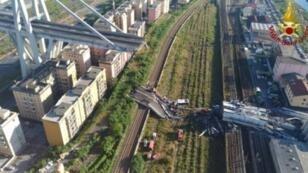 رجال إنقاذ أمام ركام جسر موراندي في جنوى في شمال إيطاليا بعد انهيار جزء منه في 14 آب/أغسطس 2018