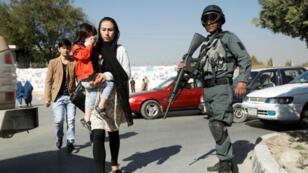 Un policier afghan posté à un checkpoint à Kaboul en vue des élections législatives du samedi 20 octobre.