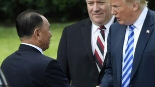 الرئيس الأمريكي دونالد ترامب مصافحا موفد الزعيم الكوري الشمالي خارج البيت الأبيض