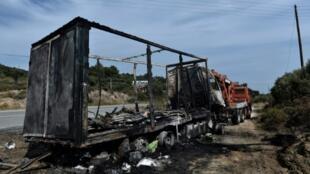 Restos de un camión quemado tras colisionar con otro vehículo en el norte de Grecia. En el accidente murieron once personas, pasajeros del camión, que se cree que pueden ser migrantes clandestinos
