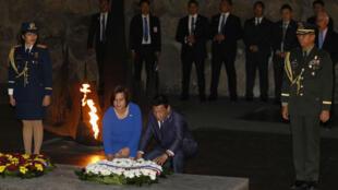 Le président philippin, Rodrigo Duterte, dépose une gerbe au mémorial de la Shoah à Jérusalem, le 3 septembre 2018.