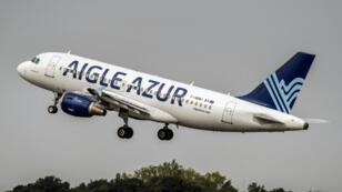 Un avion de la compagnie aérienne française Aigle Azur décolle de l'aéroport de Lille-Lesquin, le 25août2017.