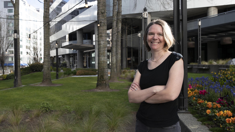 Jennifer Haller, la primera paciente en recibir una inyección de vacuna en la primera etapa del estudio de seguridad de una posible vacuna para el COVID-19,  antes de recibir su segunda dosis de la vacuna, el martes 14 de abril de 2020, en Seattle.