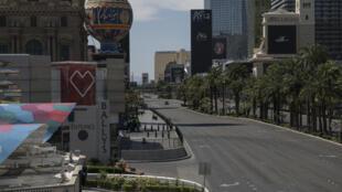Un coche avanza por El Strip de Las Vegas, desierta por el coronavirus