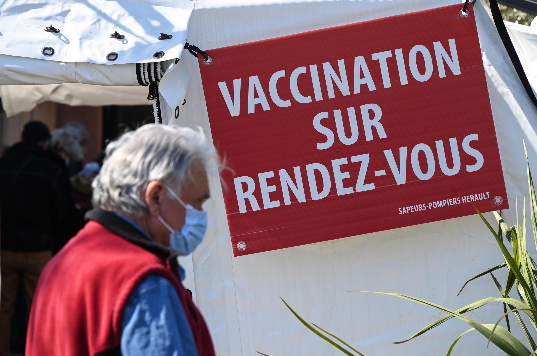 Devant un centre de vaccination à  Vailhauques, près de Montpellier, dans le sud de la France, le 8 avril 2021