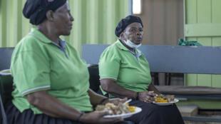Repas à base d'invendus dans une maison de retraite de Johannesburg, le 17 février 2021