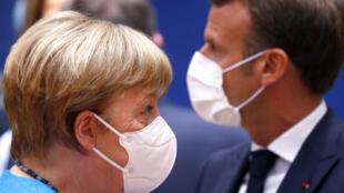 المستشارة الألمانية أنغيلا ميركل والرئيس الفرنسي إيمانويل ماكرون خلال القمة الأوروبية في بروكسل في 18 تموز/يوليو 2020.