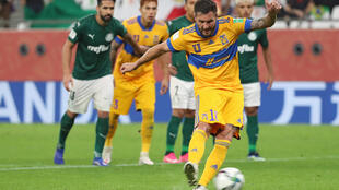 Gignac converts a penalty in Tigres' semi-final win over Palmeiras