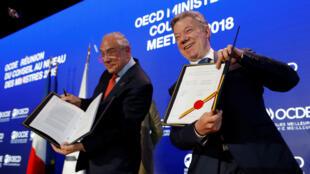 """""""¡Ya somos parte de las Grandes Ligas!"""", expuso el presidente de Colombia, Juan Manuel Santos (derecha) durante la firma del ingreso del país a la OCDE el 30 de mayo de 2018."""