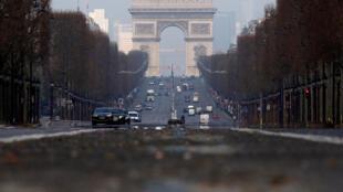 Les Champs-Élysées à Paris.