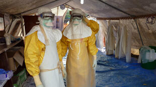 Des employés de Médecins sans frontières dans un centre de traitement de Conakry, en Guinée, le 15 novembre 2014.