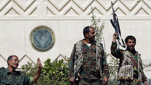 Soldats yémenites devant l'ambassade américaine le 4 mars 2015.