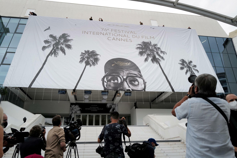 Preparativos finales antes del inicio del festival 74 de cine de Cannes el 4 de julio de 2021