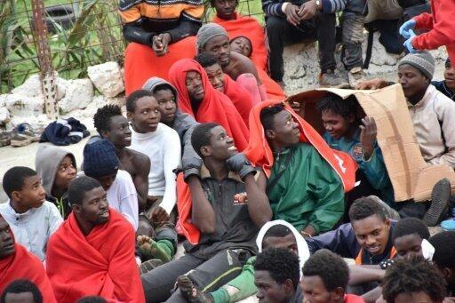 مهاجرون تمكنوا من اقتحام السياج المرتفع المحيط بجيب سبتة الإسباني في المغرب الجمعة 9 ك1/ديسمبر 2016
