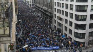 Quelque 160 000 personnes ont manifesté samedi 18 février à Barcelone, selon la police municipale.