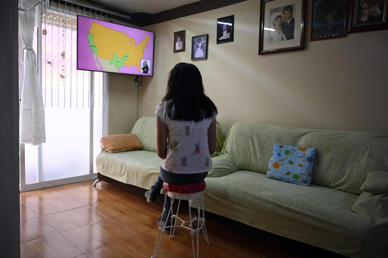 La estudiante de secundaria Vanessa Villegas toma una clase frente a su televisor en la Ciudad de México, México, el 24 de agosto de 2020.