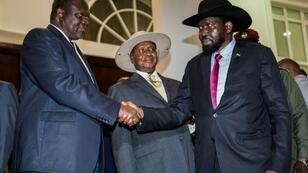 Poignée de main entre le chef rebelle Riek Machar (à gauche) et le président Salva Kiir le 7 juilllet 2018, en Ouganda.