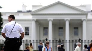"""Un agent des """"Secret Service"""" tient la garde devant la Maison Blanche en août 2014."""