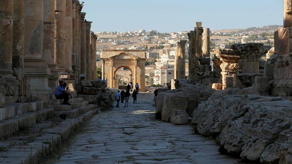 En esta foto de archivo la gente camina por las ruinas de la antigua ciudad romana de Jerash durante el Festival de Cultura y Artes en la antigua ciudad de Jerash, al norte de Amán, Jordania, el 21 de julio de 2016.