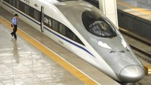 La ligne à grande vitesse, longue, de 1 800 kilomètres relie Lanzhou à Urumqi, capitale du Xinjiang.