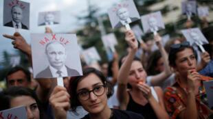 Ciudadanos asisten a una protesta en el décimo aniversario de la guerra entre Rusia y Georgia n La gente asiste a una protesta en el décimo aniversario de la guerra entre Rusia y Georgia, en Tiflis, Georgia, el 7 de agosto de 2018.