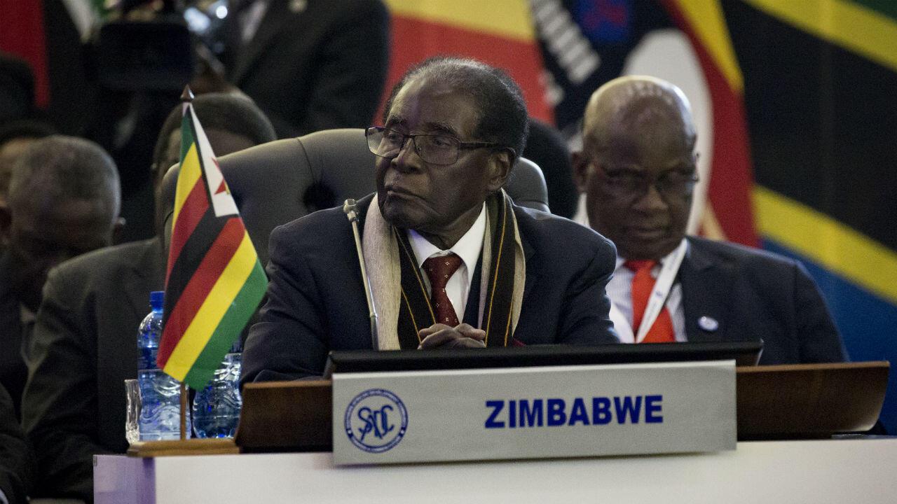 """روبرت موغابي أثناء القمة 37 لقادة ورؤساء """"مجموعة التنمية لأفريقيا الجنوبية"""" بمدينة بريتوريا بجنوب إفريقيا في 19 أغسطس/آب العام 2017. (أ ف ب)"""
