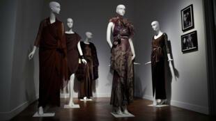 Vestidos de la actriz francesa Catherine Deneuve, diseñados por Yves Saint Laurent, antes de ser subastados en París, Francia, el 18 de enero 2019.