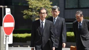 Ichiro Takekuro(à gauche), ancien vice-president de Tepco, arrive au tribunal de Tokyo, le 19septembre2019.